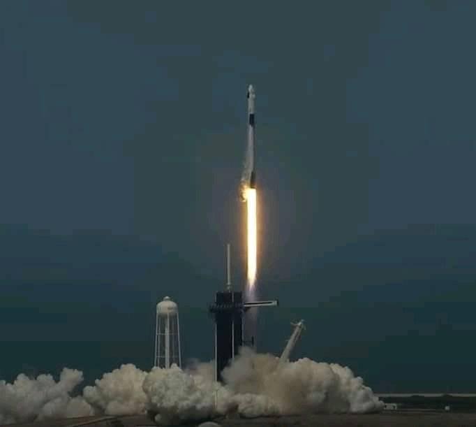 Tras segundo intento, nave de SpaceX despega con éxito