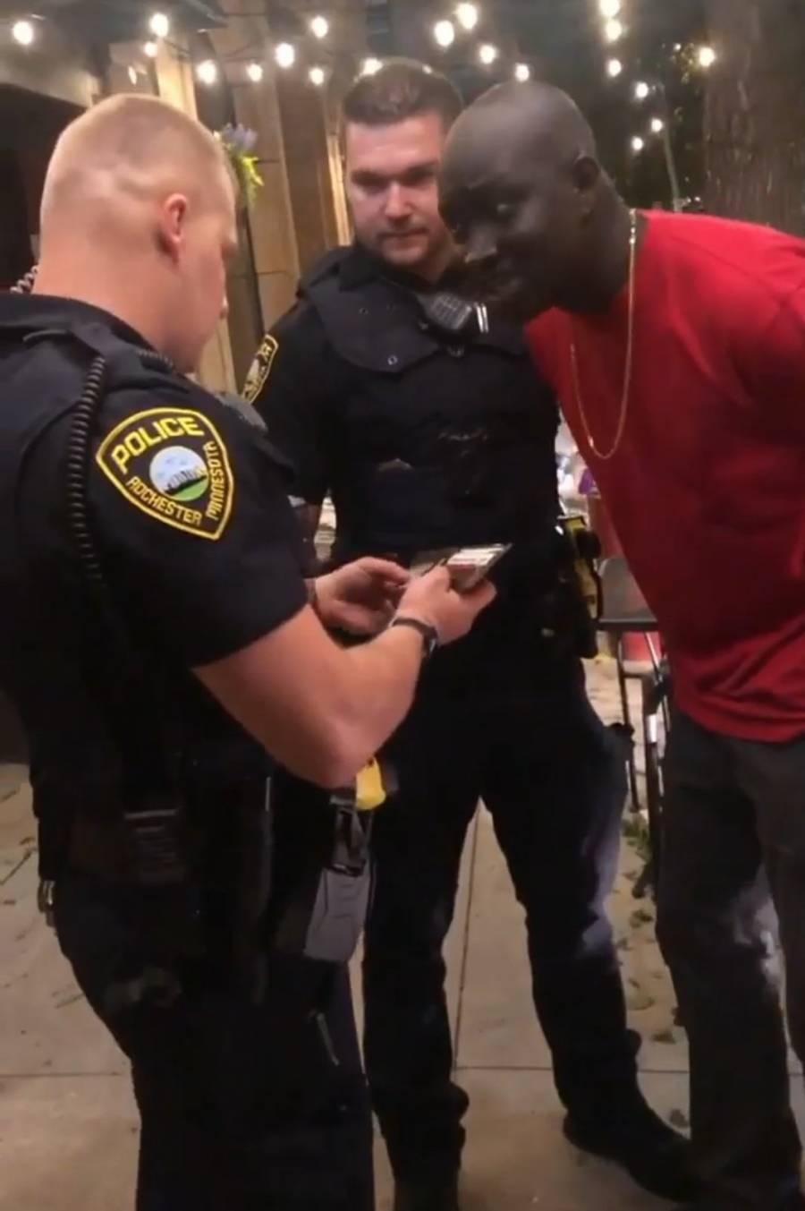 Video: policías detienen a agente afroamericano del FBI durante manifestaciones