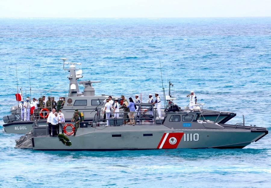 Una ola sacude a AMLO en ceremonia por día de la Marina
