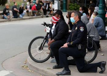 Policías se solidarizan con manifestantes y se arrodillan ante ellos en Estados Unidos