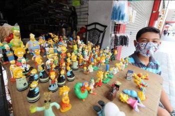 Niño tamaulipeco vende su colección de los Simpson para ayudar a su familia