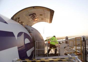 México recibe quinto vuelo con ventiladores de Estados Unidos