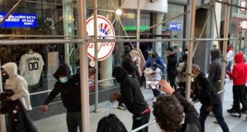 Saquean tienda de los Yankees en Nueva York