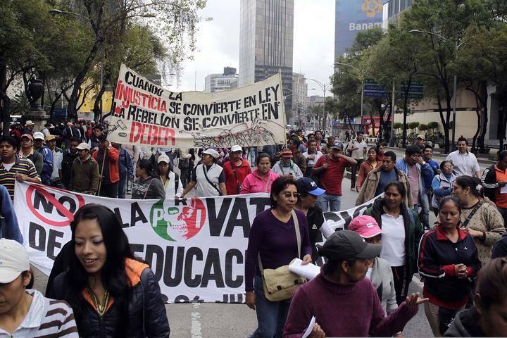 Manifestantes de la CNTE bloquean Paseo de la Reforma