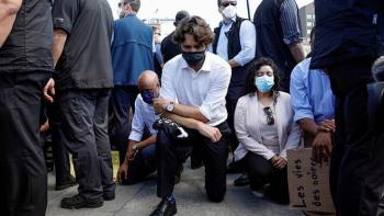Justin Trudeau se arrodilla en protesta antirracismo afuera del Parlamento de Canada