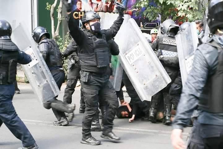 Dan prisión preventiva a policías que agredieron a Melanie durante protesta