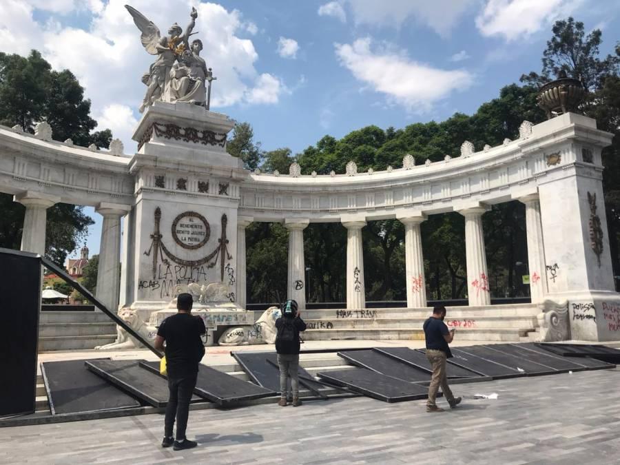 Manifestantes dañan el Hemiciclo a Juárez