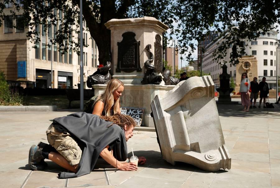 VIDEO: Derriban estatua de comerciante de esclavos en Reino Unido