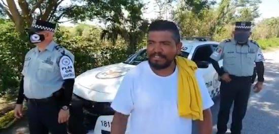 Rescatan en Campeche a conductor de tráiler que queda varado por la corriente de un río
