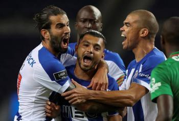 """Golazo de """"Tecatito"""" Corona pone al Porto como líder"""