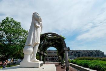 Manifestantes decapitan estatua de Cristóbal Colón en Boston