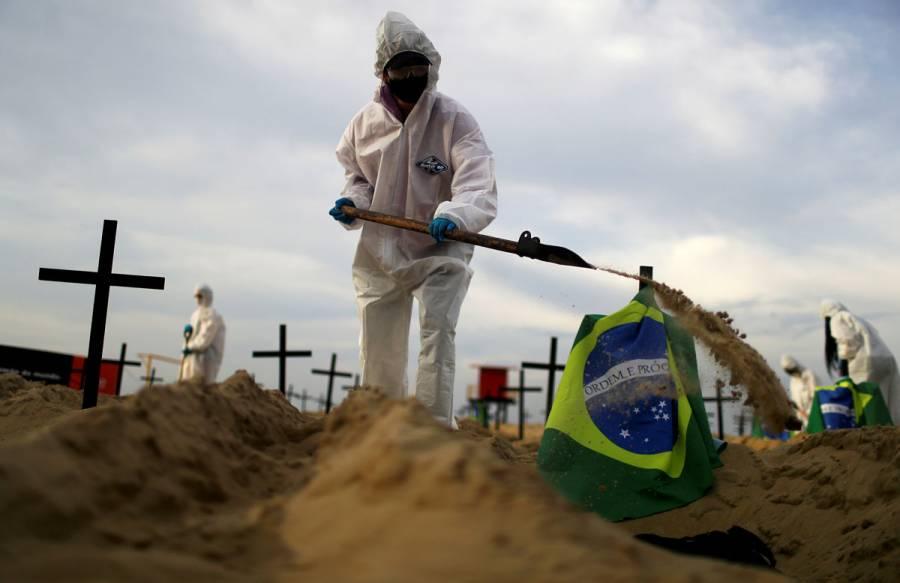 Cavan tumbas en playas de Brasil para protestar por manejo de pandemia