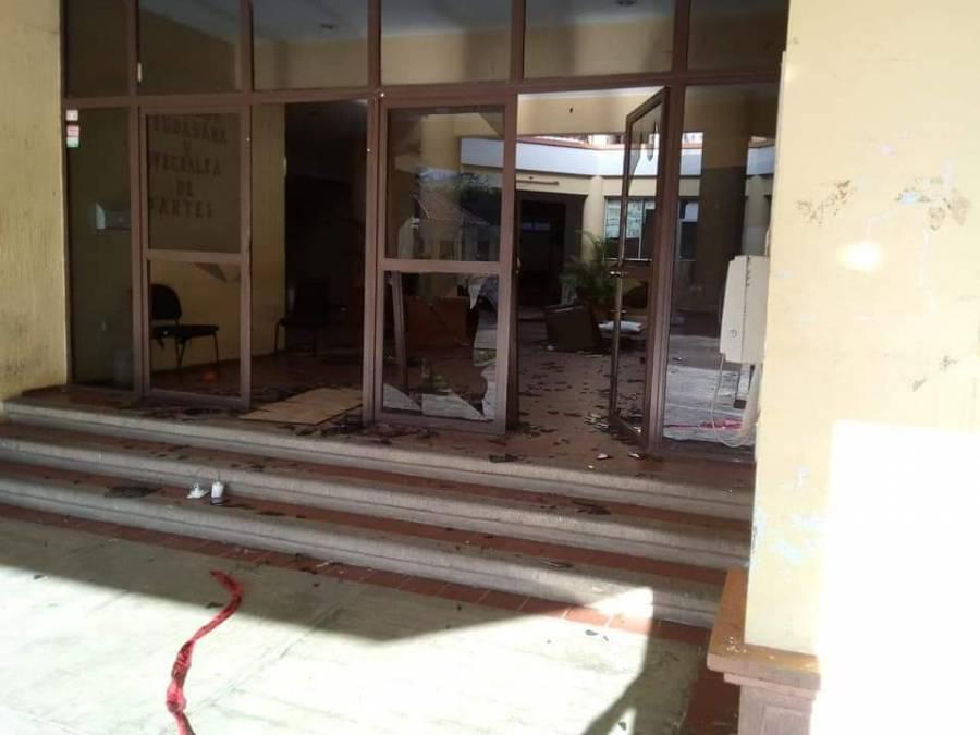 Personal pide no velar a fallecido por covid-19, pobladores causan destrozos e incendios