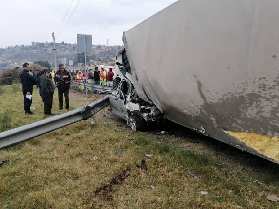 Vuelca tráiler en carretera Naucalpan-Toluca, cae sobre auto y muere conductor