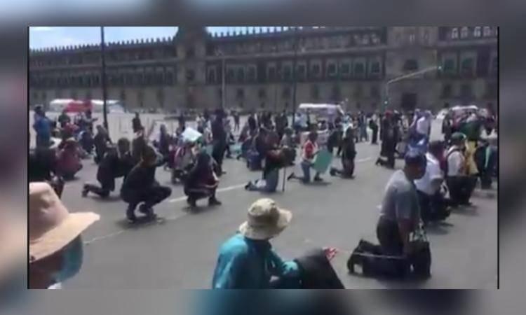 Policías se manifiestan de rodillas