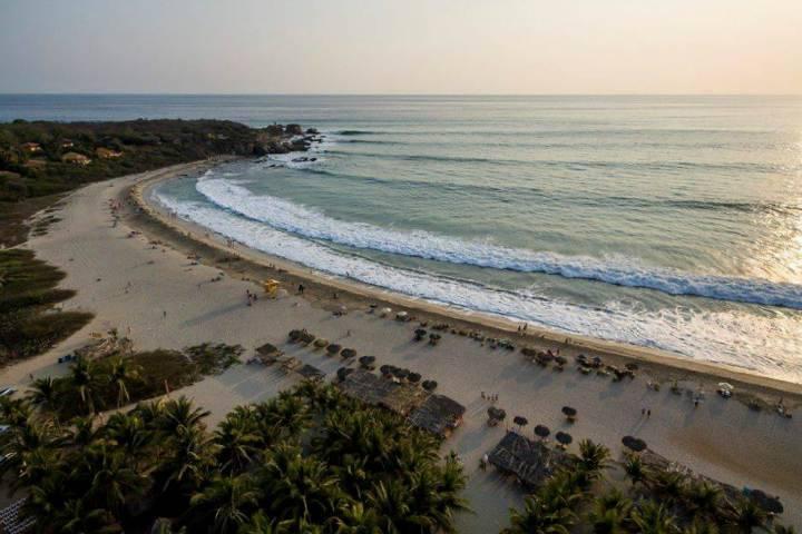 Desaparece estadounidense en Zicatela, Oaxaca, arrastrado por las olas