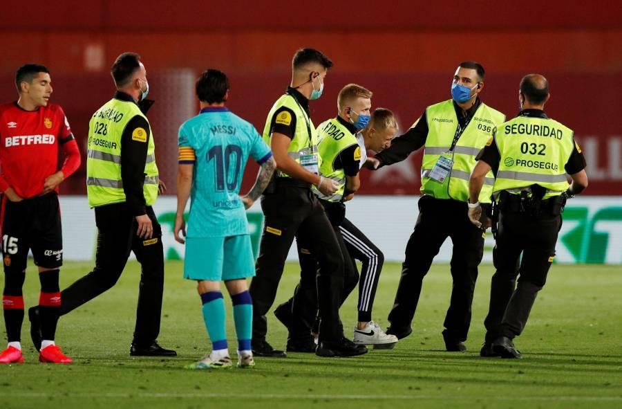 Joven que intentó tomarse foto con Messi, trepó por un muro del estadio