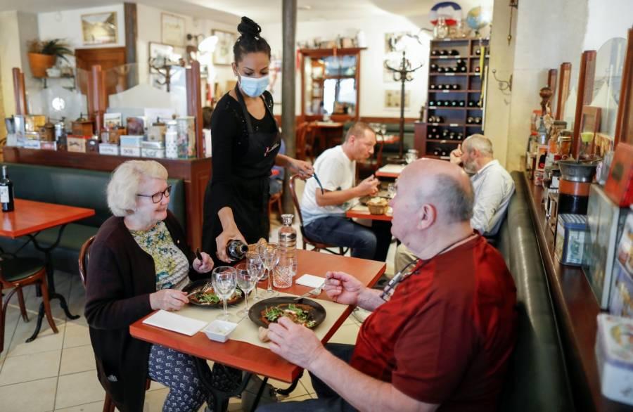 Reabren restaurantes de París, pero con cautelas