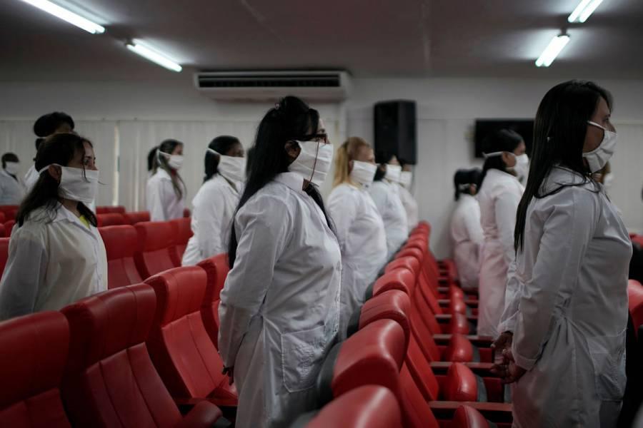 Médicos cubanos extenderían permanencia en México si persiste Covid-19