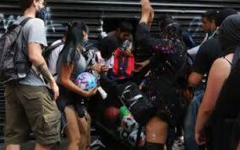 Encapuchados destrozan y saquean comercios en Oaxaca