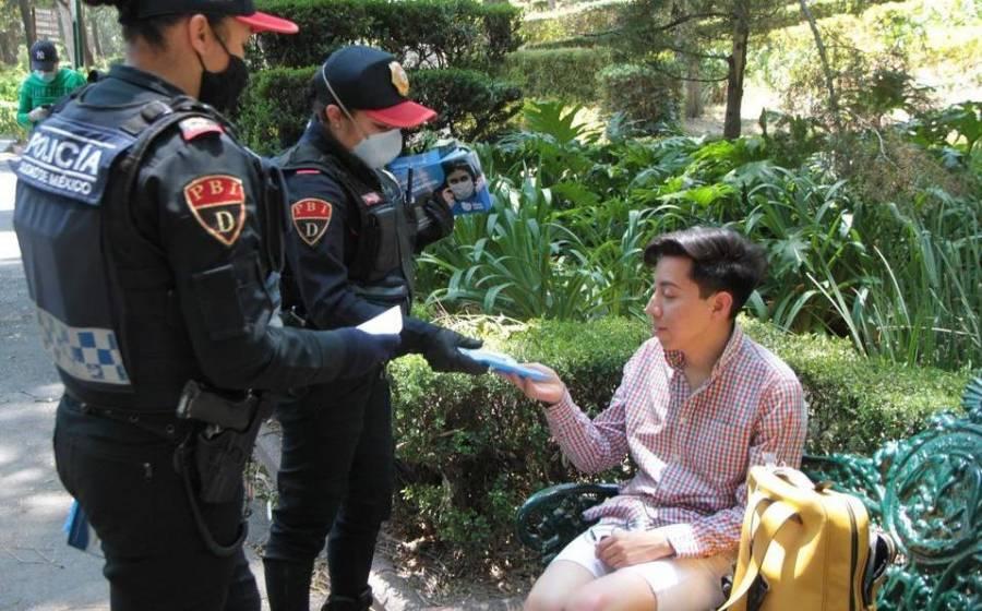 Policías entregan cubrebocas en el Metro