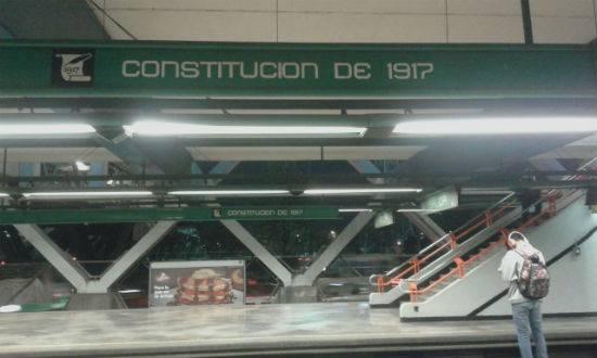 Se enfrentan personas presuntamente ebrias y policías en Metro Constitución