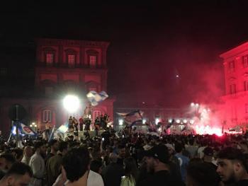 Seguidores del Napoli celebran en las calles triunfo de la Coppa Italia