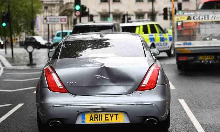 Choca auto donde viajaba Boris Johnson