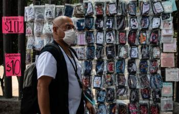 Comerciantes informales venden cubrebocas y caretas
