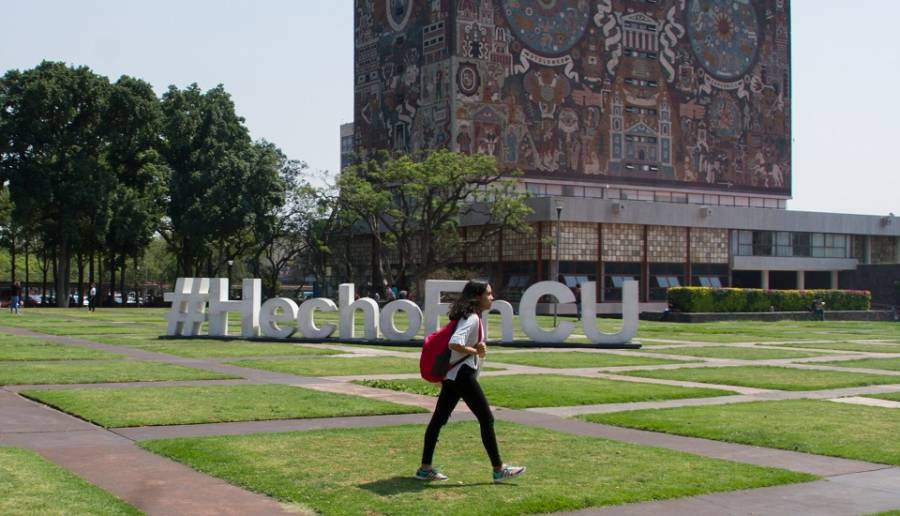 Primera estudiante en titularse en la facultad de Filosofía y Letras, vía remota