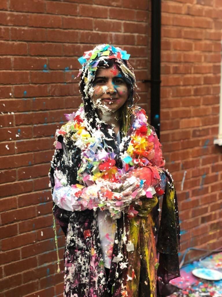 Llena de pastel, Malala celebra su graduación de Oxford