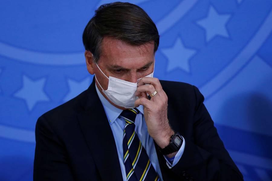 Juez ordena a presidente Bolsonaro que use mascarilla en público