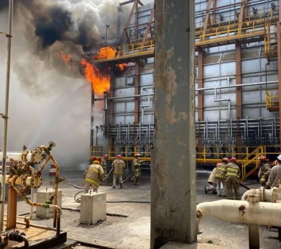 Pemex detiene operaciones tras conato de incendio por sismo