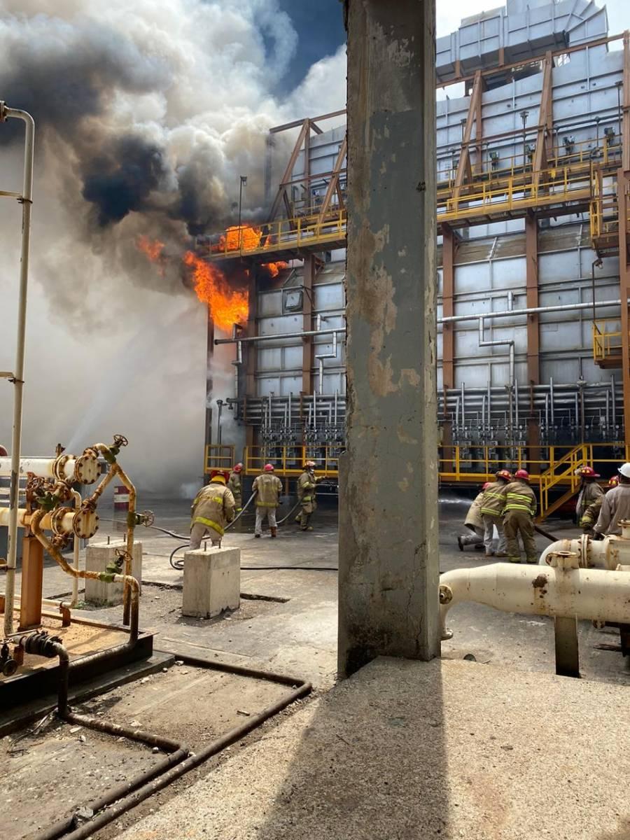 Sismo provoca incendio en refinería y deja sin luz a 2 millones