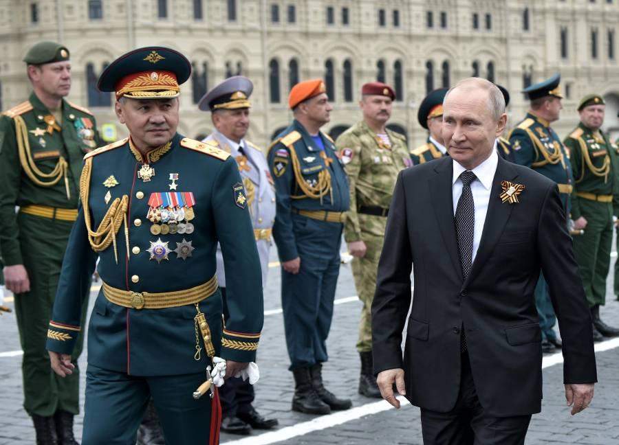 Putin pasa revista a desfile militar antes de votación que podría prolongar su mandato