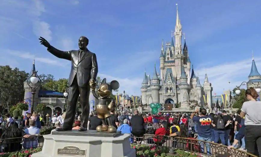 Acciones de Disney caen tras aplazamiento de apertura de Disneyland