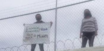 Reciben a AMLO con manta de rechazo al tren maya