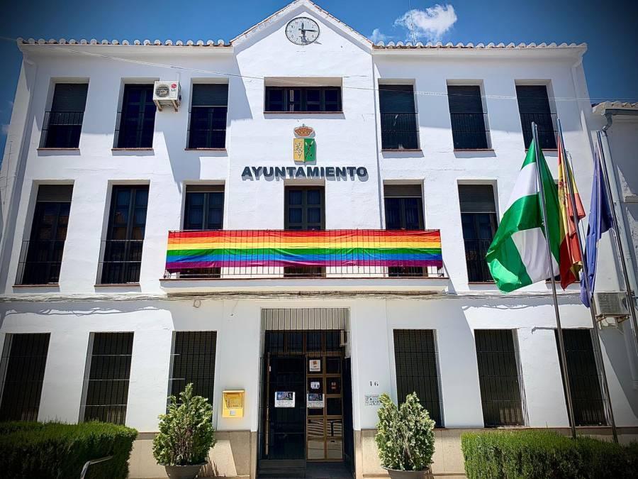 Villanueva de Algaidas retira bandera del orgullo gay por quejas de vecinos