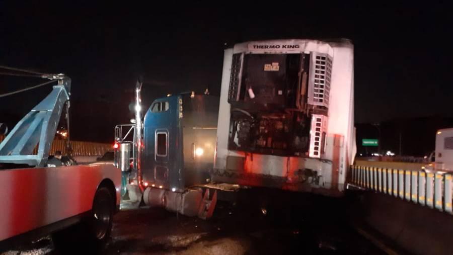 Caos vial en la México-Puebla por un accidente de tráiler