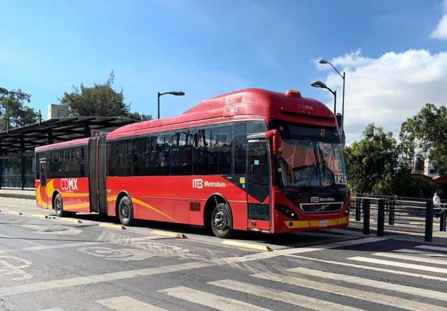 Metrobús lanza campaña de silencio para que sus usuarios no platiquen durante trayectos