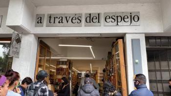 """Se despide con remate de libros """"A través del espejo"""""""