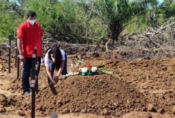 Crean fosas comunes, tras colapso de cementerios en Bolivia