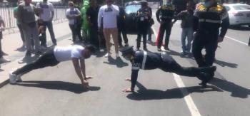 Enfrentamiento entre músculos vs policía de transito en plena plancha del zócalo capitalino