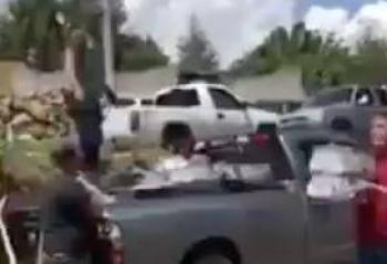 Vuelca trailer de cerveza y pobladores roban mercancía