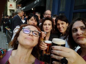 Ingleses abarrota pubs y lo vuelve fiesta callejera en apertura por Covid