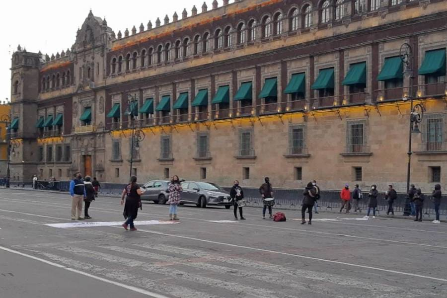 Familiares de víctimas de feminicidio protestan frente a Palacio Nacional