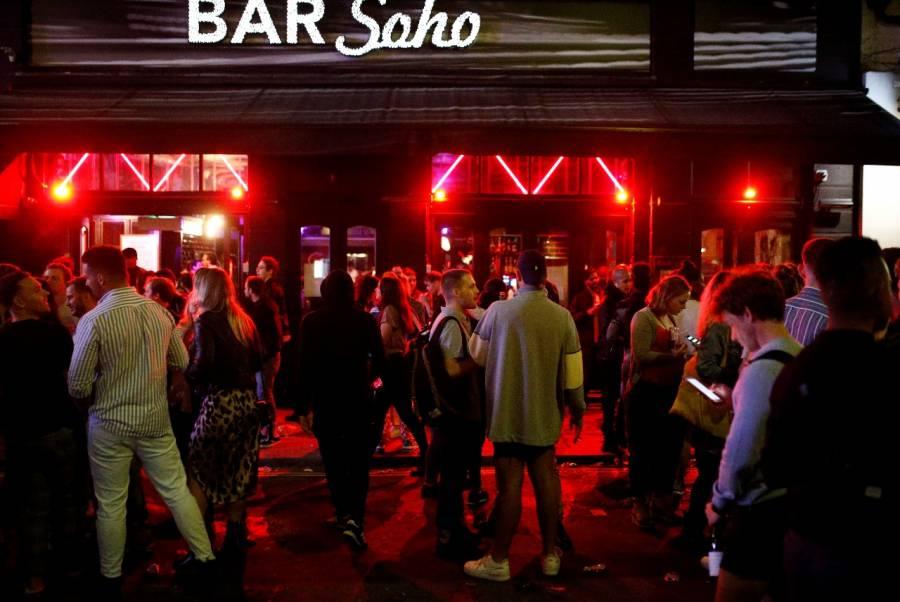Reabren bares en GB sin sana distancia