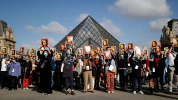 ¡No se olviden de nosotros! Guías turísticos protestan frente al Louvre