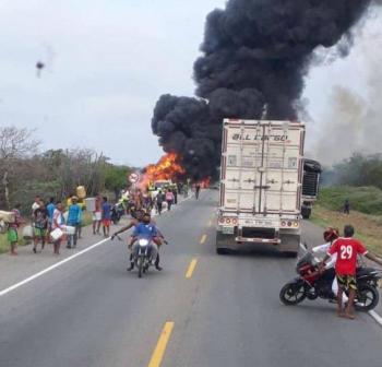 Camión incendiado deja siete muertos en Colombia