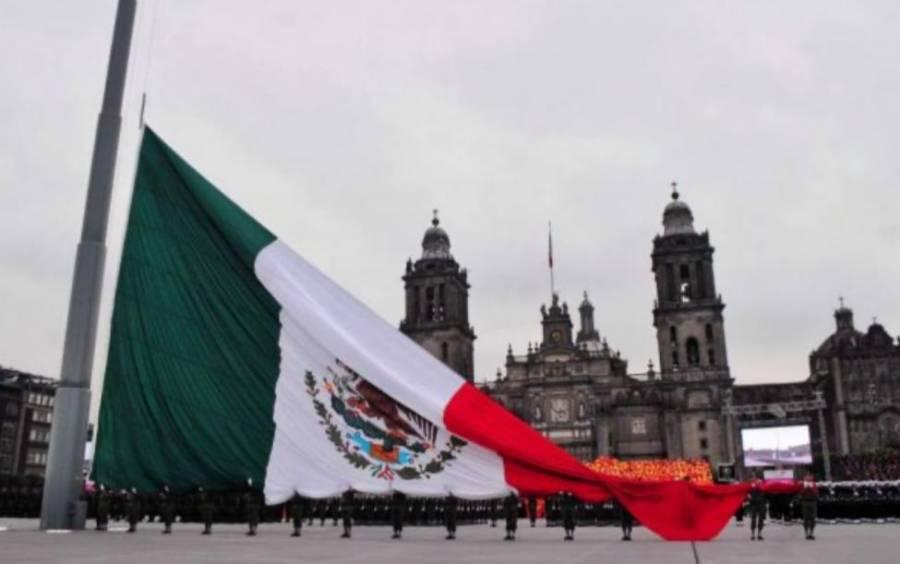 Retiran la bandera de México del Zócalo por fuertes vientos